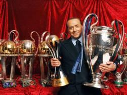 Silvio Berlusconi sommerso dalle coppe conquistate in rossonero