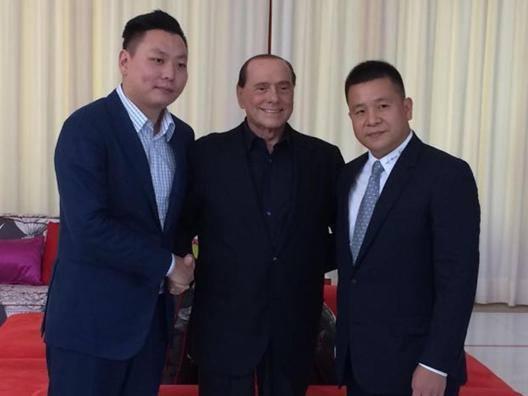 Silvio Berlusconi, 80 anni, fra Han Li e Li Yonghong. Ansa