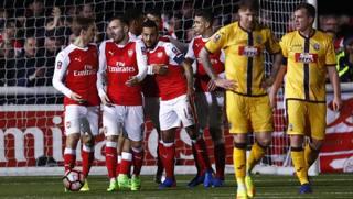 L'esultanza dell'Arsenal dopo il 2-0 di Walcott. Reuters