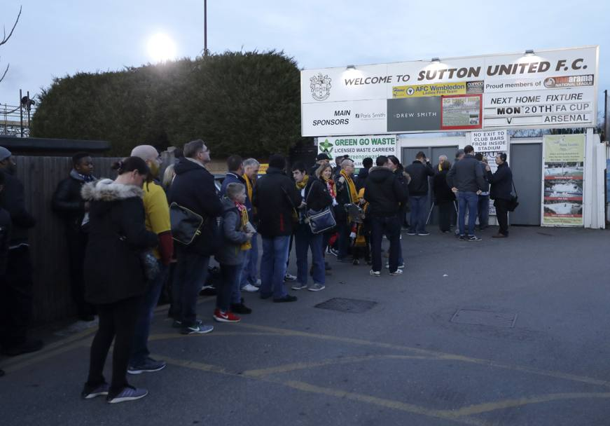 La coda all'ingresso di Borough Sports Ground: meno di 800 posti a sedere su 5mila totali. Ap