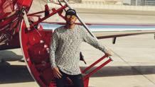 Lewis Hamilton vicino al suo aereo privato