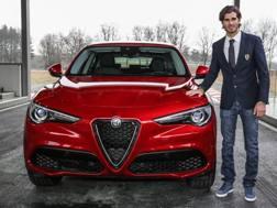 Antonio Giovinazzi, 23 anni, accanto all'Alfa Romeo Stelvio