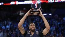 Anthony Davis, 23 anni, ala grande dei New Orleans Pelicans, mostra il premio di Mvp dell'All Star Game. Afp