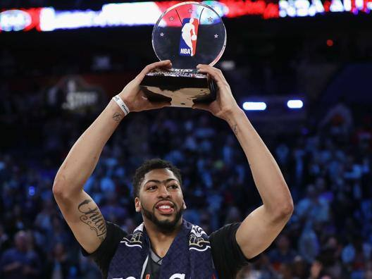 Anthony Davis, 23 anni, ala grande dei New Orleans Pelicans, mostra il premio di Mvp dell'All Star Game. Afp
