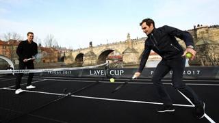 Federer sfida Berdych in barca sulla Moldava