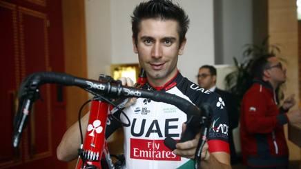 Ecco la nuova maglia del team Uae Abu Dhabi-Emirates diretta da Beppe Saronni: la indossa Diego Ulissi. Bettini