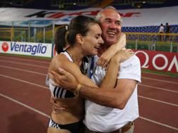 Vitaly Petrov festeggia Yelena Isinbayeva dopo il record del mondo al Golden Gala 2008. Colombo