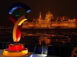 Il logo di Budapest 2024 davanti al parlamento ungherese. Sarà fatalmente tolto. Reuters