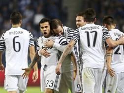 L'esultanza della Juve dopo il gol di Alves ad Oporto. Epa