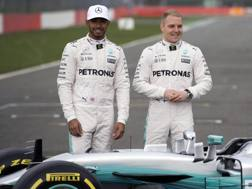 Lewis Hamilton e Valtteri Bottas con la Mercedes W08. Epa