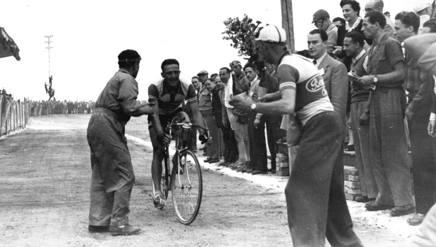 Vito Ortelli all'arrivo di Chieti nel 1948, suo unico successo al Giro. Terreni