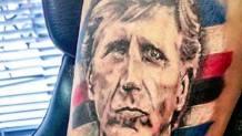 Il tatuaggio di Nicolini sul braccio del tifoso