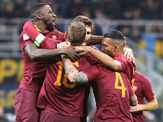 L'esultanza dei giocatori della Roma. Ciamillo e Castoria