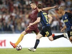 Dzeko (Roma) combatte con Ansaldi e Murillo (Inter). Ansa