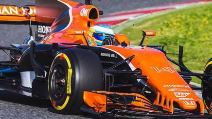 Fernando Alonso in pista con la McLaren MCL32