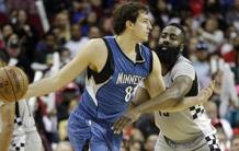 Bjelica contro James Harden. Reuters