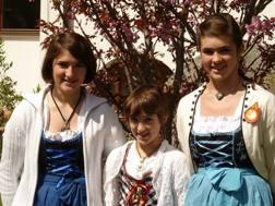 Lara, Jessica e Manuela Malsinier coi costumi locali di San Giacomo
