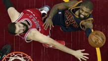 Kyrie Irving, dei Cavs, contro Nikola Mirotic, dei Bulls. Ap