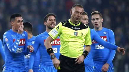 Valeri circondato dai giocatori del Napoli. Afp