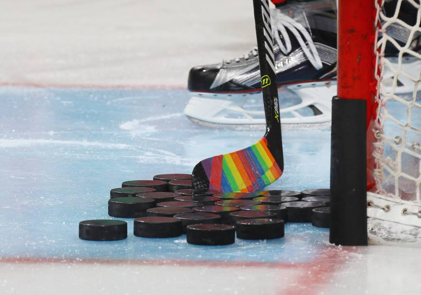 "Mazza da hockey multicolore in occasione della serata dedicata al ""Hockey is for Everyone"" pride, in occasione della quale i New Jersey Devils sfideranno i Montreal Canadiens (Afp)"