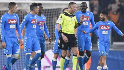 La protesta dei calciatori del Napoli intorno all'arbitro Valeri. LaPresse