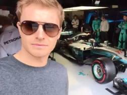 Nico Rosberg ai box Mercedes a Montmelo