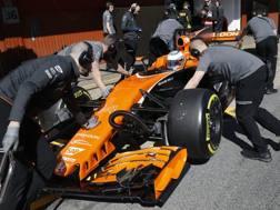 La McLaren Honda di Alonso spinta ai box nei test al Montmelò. Ap