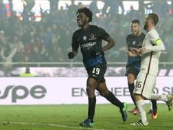 Franck Kessie, 20 anni, esulta dopo il suo gol alla Roma.