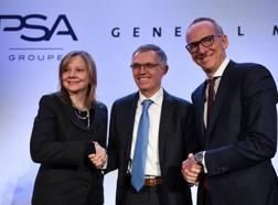 Da sin Mary T. Barra (GM), Carlos Tavares (PSA) e Karl Thomas Neumann (Opel). Afp