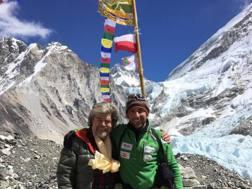 Alex Txicon (dx) con Reinhold Messner oggi al campo base dell'Everest, versante nepalese