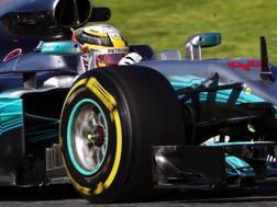 Lewis Hamilton in azione nei test di Montmelo. Epa