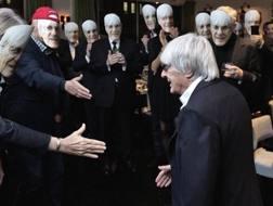 Gli invitati accolgono Ecclestone con la sua maschera