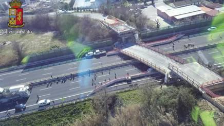 Il ponte di Camerano crollato.