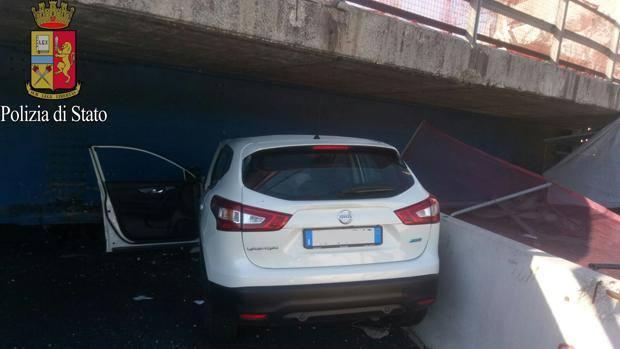 Una delle auto coinvolte nel crollo del ponte di Camerano.