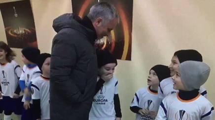 L'incontro ravvicinato tra Mourinho e il piccolo tifoso negli spogliatoi di Rostov