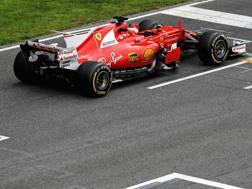 Kimi Raikkonen in azione con la Ferrari SF70H. Epa