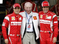John Surtees, al centro, fra Massa e Alonso nel 2011. Reuters