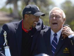 Tiger Woods con Arnold Palmer AP
