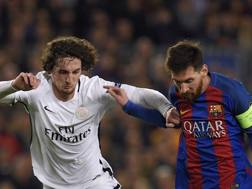 Adrien Rabiot in lotta con Lionel Messi. AFP