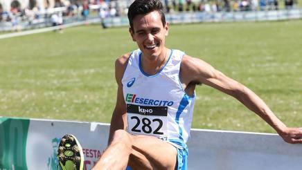 """Un sorridente Daniele Meucci, 31 anni, mostra la scarpa """"smarrita"""" COLOMBO"""