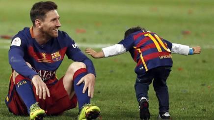 Lionel Andrés Messi Cuccittini, 29 anni, attaccante argentino del Barcellona, con il figlio Thiago. 4. Epa