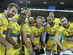 L'esultanza dei giocatori di Modena dopo la vittoria su Verona in gara-3 di domenica