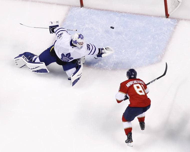 Toronto Maple Leafs-Florida Panthers. Il portiere Curtis McElhinney dei Toronto Maple superato dal tiro di Jonathan Marchessault dei Florida Panthers. Sunrise, Florida. (Afp)