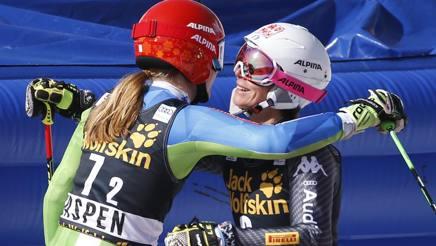 L'abbraccio fra la slovena Ana Drev e Chiara Costazza dopo la sfida ai quarti. Ap