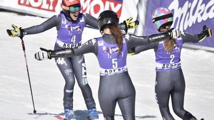 Sofia Goggia, 24 anni, Federica Brignone, 26 anni e Marta Bassino, 21 cantano l'inno sul podio. Reuters