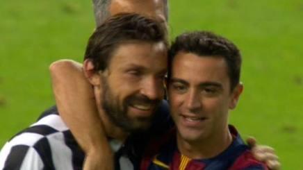L'abbraccio tra Pirlo e Xavi al termine della finale di Champions League 2015