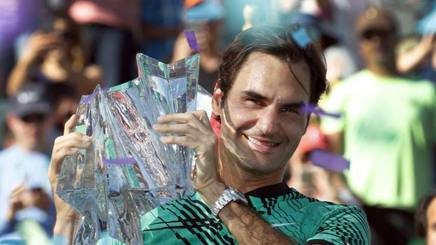 Roger Federer alza il trofeo a Indian Wells