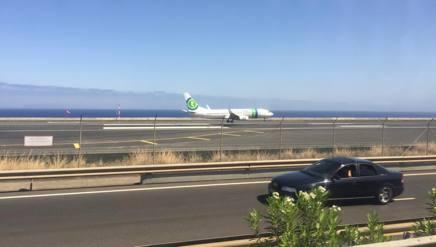 L'aeroporto di Funchal: la pista corre stretta fra il mare e la strada