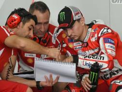 Jorge Lorenzo al lavoro con i tecnici Ducati. Afp