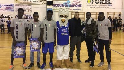 I cinque atleti della Junior Fasano in arrivo dall'Africa, con il loro coach Guarini